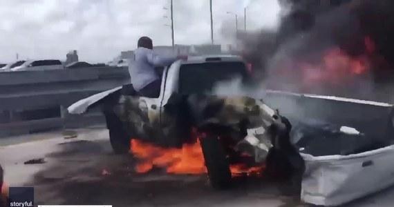 Bohater w tłumie gapiów. Jim Angulo uratował kierowcę, który utknął w płonącym aucie na autostradzie międzystanowej numer 95 w Miami. Mężczyzna najpierw krzyknął do kierowcy, by wyskoczył z samochodu. Ten mu odpowiedział, że nie jest w stanie wyjść. Wtedy Jim rzucił się na ratunek i siłą wyciągnął go przez okno ze śmiertelnej pułapki. Zrobił to sam. Jak przyznał później w rozmowie z 7News Miami, około 20 osób stało i nagrywało zdarzenie telefonami komórkowymi. Uratowany kierowca z poparzonymi nogami trafił do szpitala Jackson Memorial. Jego życiu nie zagraża niebezpieczeństwo.