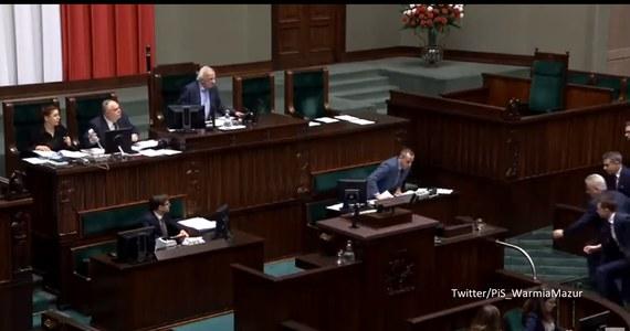 """""""Dziękuję za słowa wsparcia i otuchy, mój stan zdrowia jest dobry, a na pewno lepszy od stanu polskich służb"""" - napisał poseł Robert Kropiwnicki po tym, jak zasłabł w czwartek podczas debaty w Sejmie."""