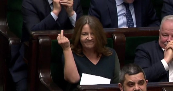 """Po czwartkowym głosowaniu w Sejmie posłanka PiS Joanna Lichocka pokazała w stronę opozycji środkowy palec. Posłowie nie kryją oburzenia, natomiast sama Lichocka tłumaczy, że padła ofiarą manipulacji i przeprasza w rozmowie z """"Faktem"""". Posłanka spotkała się również z dziennikarzami, gdzie powtórzyła, że padła ofiarą """"machiny propagandowej"""" i w rzeczywistości nie wykonała żadnego obraźliwego gestu."""