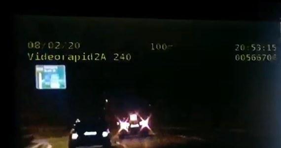 Z prędkością ok. 200 km/h uciekał przed policją Drogową Trasą Średnicową 20-latek jadący audi. Próbując zmylić pościg gwałtownie zmieniał pas ruchu. Piracki rajd zakończył się, gdy kierowca stracił panowanie nad pojazdem i uderzył w bariery energochłonne.