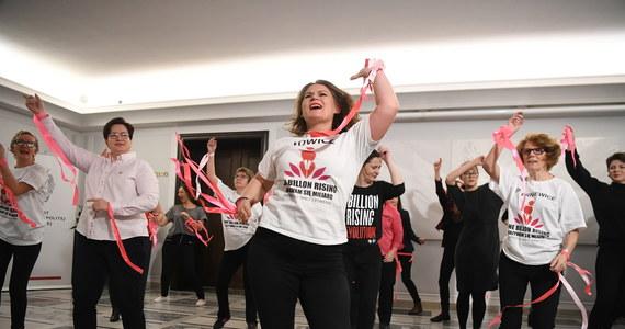 """Około 20 kobiet, w tym posłanek, zatańczyło na senackim korytarzu przeciwko przemocy wobec kobiet i przemocy domowej. Akcja odbyła się w ramach projektu """"One Bilion Rising"""". W ten sposób kobiety domagały się zmiany definicji gwałtu w polskim prawie."""