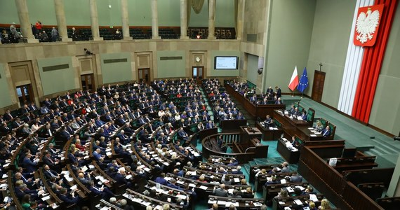 """Sejm uchwalił razem z poprawkami ustawę wprowadzającą opłaty od alkoholu sprzedawanego w butelkach o objętości do 300 ml - tzw. małpek oraz od słodzonych napojów. Teraz ustawa trafi do Senatu. W piątek na Wiejskiej odbyło się trzecie czytanie projektu ustawy """"o zmianie niektórych ustaw w związku z promocją prozdrowotnych wyborów konsumentów""""."""