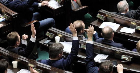 Sejm przyjął w piątek ustawę budżetową na 2020 r. Zakłada ona zbilansowanie dochodów i wydatków, które mają wynieść po 435,3 mld zł. Wiceminister finansów Tomasz Robaczyński podkreślał, że budżet zapewni długofalową stabilność finansów publicznych.
