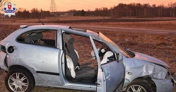 Tragiczny wypadek w województwie lubelskim. Pięć osób wypadło z samochodu w trakcie dachowania. Młoda kobieta zginęła na miejscu.