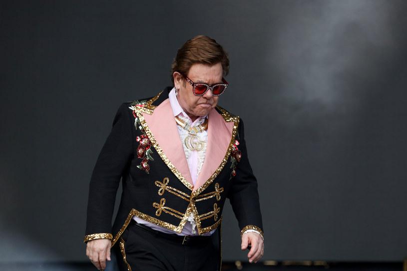 """Sir Elton John został zmuszony do przerwania swoje koncertu w Nowej Zelandii. Artysta był wyraźnie zdenerwowany całą sytuacją. """"Właśnie straciłem głos. Nie mogę śpiewać"""" - przepraszał swoich fanów, schodząc ze sceny."""