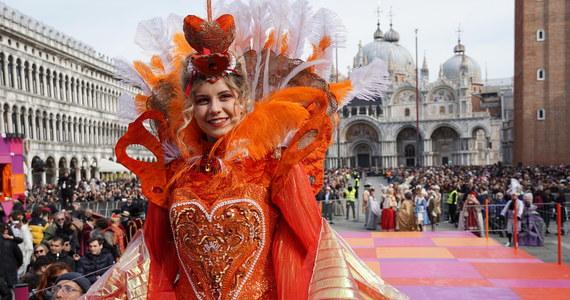 Około 30 tysięcy osób uczestniczyło w oficjalnej inauguracji karnawału w Wenecji. Kulminacyjnym wydarzeniem ceremonii był Lot Anioła, czyli zjazd młodej wenecjanki na linach z dzwonnicy na placu Świętego Marka.