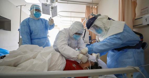 Komisja zdrowia w prowincji Hubei w Chinach, gdzie znajduje się epicentrum koronawirusa, odnotowała 100 kolejnych zgonów i 1993 nowych przypadków zachorowań. Liczba ofiar śmiertelnych w Chinach wzrosła tym samym do 1765.