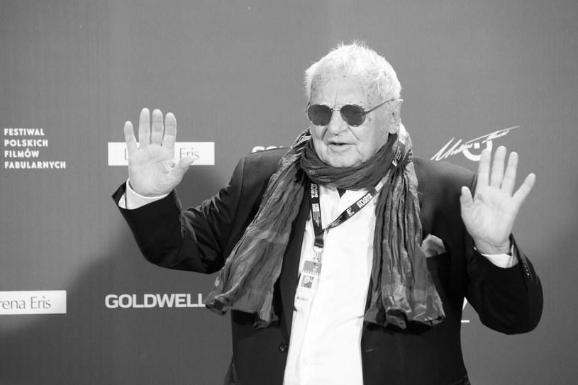 Zazdrościłem mu pewnej lekkości, bo nie każdy potrafi wykrzesać z siebie, czasem z poważnych spraw, jakąś odrobinę humoru - powiedział w niedzielę, 16 lutego, Jan Kidawa-Błoński, wspominając zmarłego reżysera i scenarzystę Jerzego Gruzę.