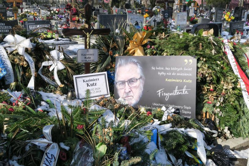 Na gładkiej powierzchni nagrobka Kazimierza Kutza, który deklarował się jako niewierzący, wyryto ostrym narzędziem krzyż. Dochodzenie w tej sprawie prowadzi katowicka policja. Do zdarzenia doszło 17 lutego, w 91. rocznicę urodzin Kutza.