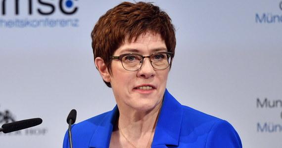 Wiceprzewodniczący współrządzącej w Niemczech CDU Thomas Strobl zaproponował wprowadzenie kolegialnego kierownictwa w ugrupowaniu. Po tym jak obecna szefowa partii Annegret Kramp-Karrenbauer zapowiedziała rezygnację ze stanowiska w chadecji rozpoczęła się walka o władzę.