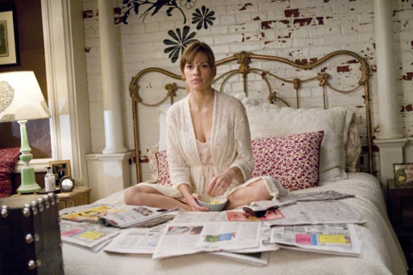 """W zeszłym roku na półki księgarskie trafiła nowa powieść autorstwa Cecelii Ahern - """"Postscript"""". To kontynuacja jej książkowego debiutu zatytułowanego """"P.S. Kocham Cię"""", która w 2007 roku doczekała się filmowej adaptacji z Hilary Swank i Gerardem Butlerem w rolach głównych. Prawa do ekranizacji """"Postscript"""" trafiły właśnie w ręce firmy Alcon Entertainment, która na jej podstawie wyprodukuje film wspólnie z wytwórniami The Blind Side oraz Black Label Media."""