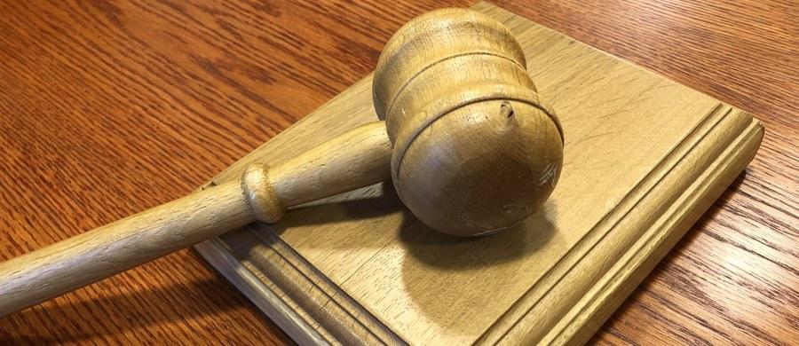 Sąd Rejonowy w Gdańsku skazał na dwa lata więzienia 23-letniego mężczyznę, który w 2019 r. uprowadził 5-letniego syna i znęcał się nad swoją byłą partnerką. Oskarżony dobrowolnie poddał się karze. Odpowiadał także za posiadanie narkotyków.