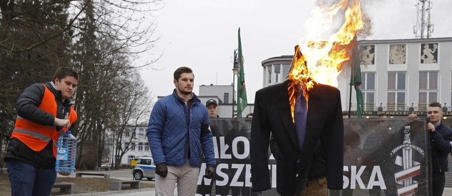 """Poseł Koalicji Obywatelskiej Adam Szłapka zaapelował o odsunięcie od kampanii wyborczej walczącego o reelekcję Andrzeja Dudy osób, które m.in. brały udział w paleniu kukły byłego lidera Nowoczesnej Ryszarda Petru. """"Konwencja była zamknięta, oni wszyscy byli na sali, byli cały czas z Andrzejem Dudą i nie ma żadnych wątpliwości, że są zaangażowani w kampanię wyborczą Andrzeja Dudy"""" – przekonywał Szłapka."""