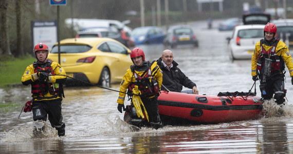 W Wielkiej Brytanii trwa usuwanie skutków sztormu Dennis, który przeszedł przez ten kraj w miniony weekend. Doszło do licznych powodzi i osunięć ziemi.
