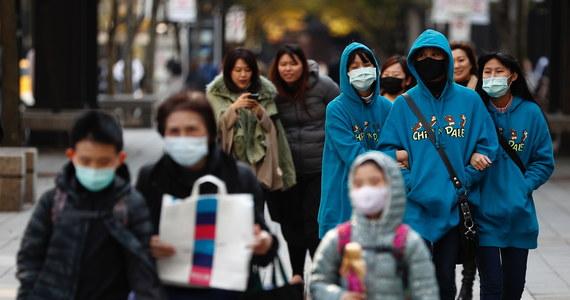 Grupa zamaskowanych napastników uzbrojonych w noże napadła w Hongkongu na dostawcę i ukradła 600 rolek papieru toaletowego. Towar ten stał się deficytowy za sprawą paniki wywołanej epidemią nowego koronawirusa.