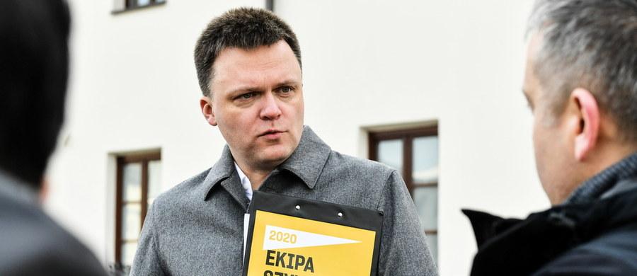 """""""Program narodowego rozmawiania i słuchania to jest to, czego - w tym zupełnie absurdalnie i bez sensu podzielonym kraju - najbardziej nam potrzeba"""" – mówił w Krakowie kandydat na prezydenta Szymon Hołownia. """"Ktoś powinien to zrobić. Rząd i partie tego nie zrobią, może to zrobić prezydent, i właśnie dlatego Polska potrzebuje dziś prezydenta, który do żadnej partii nie należy i z żadnej się nie wywodzi"""" – dodał."""