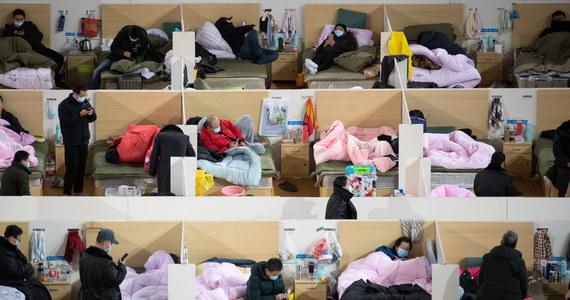 Liczba ofiar śmiertelnych koronawirusa w Chinach wzrosła do 2004 - poinformowała chińska Narodowa Komisja Zdrowia. W ostatnich 24 godzinach bilans ten zwiększył się o 136 osób. Odnotowano również szósty przypadek zgonu poza Chinami kontynentalnymi - w Hongkongu.