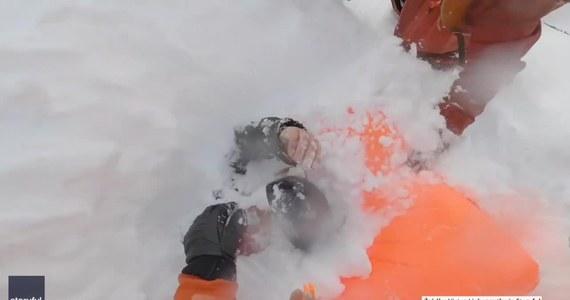 Grupa doświadczonych snowboardzistów rzuciła się na ratunek entuzjastkom tego sportu, które przysypała lawina na stoku w Verbier w Szwajcarii. Autor nagrania Victor Liebenguth wykopał jedną z kobiet ze śniegu. Na Instagramie opublikował wideo z akcji i ostrzegł przed jazdą na nartach lub snowboardzie bez odpowiedniego sprzętu i wiedzy.