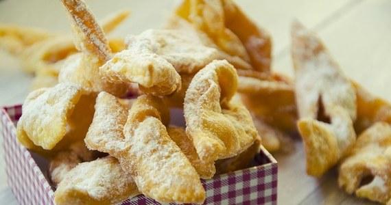 Wielu z nas nie może sobie bez nich wyobrazić tłustoczwartkowego świętowania. Faworki - nazywane chrustem, a także kreplami - to słodkie, chrupkie ciastka w kształcie kokardki. Łatwo można je przygotować w domu.