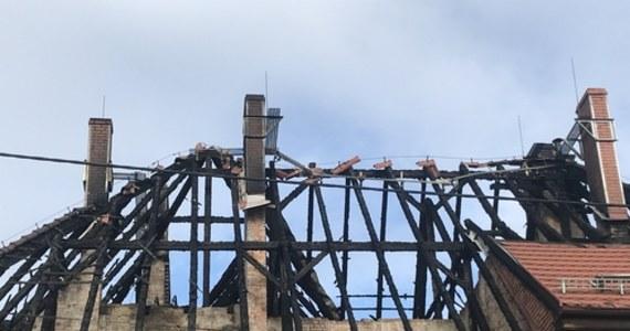 Ponad 50 osób jest dachu nad głową - to skutek dwóch nocnych pożarów w Czerwionce-Leszczynach na Śląsku. Spaliły się tam dwa zabytkowe familoki. Dziś w urzędzie miejskim ma odbyć się spotkanie władz miasta z przedstawicielami służb ratunkowych.