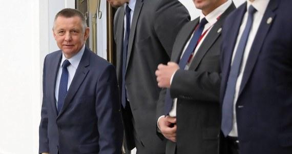 """Ostry w tonie list do marszałek Sejmu Elżbiety Witek wysłał prezes Najwyższej Izby Kontroli Marian Banaś - dowiedzieli się reporterzy RMF FM. Chodzi o działania CBA, które przeszukało dzisiaj mieszkania Mariana Banasia i jego rodziny, a po południu weszło z nakazem przeszukania do gabinetu szefa NIK. """"Takie działanie organów ścigania jest bez precedensu, bowiem oznacza możliwość naruszenia niezależności konstytucyjnego, naczelnego organu kontroli państwowej"""" - podkreśla w piśmie Banaś."""