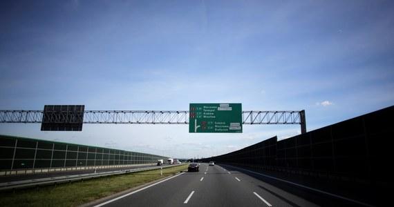 O dwa złote więcej na każdym z odcinków zapłacą kierowcy korzystający z wielkopolskiego odcinka autostrady A2. Stawki za przejazd między Nowym Tomyślem a Koninem wzrosną od przyszłego miesiąca dla wszystkich typów pojazdów. Razem z podwyżką, zarząd A2 zapowiada też wprowadzenie m.in. elektronicznego systemu poboru opłat.
