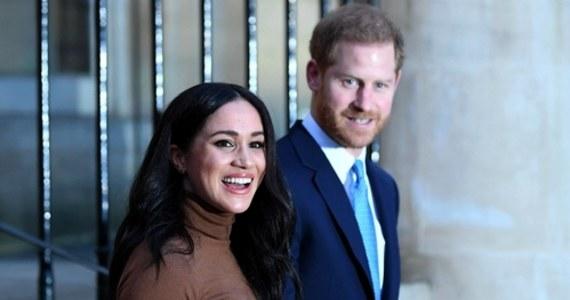 """Królowa Elżbieta II zabrania Harry'emu i Meghan używania słowa """"królewski"""". Książęca para liczyła na to, że znak firmowy SussexRoyal, dzięki powiązaniu z koroną, ułatwi im samodzielne życie. Ale jak się okazuje, rezygnacja z wypełniania roli wysokiej rangi członków rodziny królewskiej ma swoją cenę."""