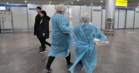 Władze Korei Południowej poinformowały o wykryciu kolejnych 20 zakażeń koronawirusem, podnosząc łączny bilans w kraju do 51 przypadków. Obawy o dalsze zachorowanie wywołuje sprawa pacjentki, która według służb medycznych zaraziła co najmniej 15 innych osób.