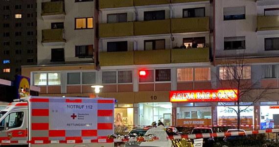 11 osób nie żyje po ataku zamachowca w niemieckim Hanau. Zabici to 10 ofiar sprawcy ataku i sam zamachowiec. Kilka kolejnych osób jest rannych. Do ataków doszło w środę późnym wieczorem w dwóch barach z shishą. Jak podaje policja - nie ma przesłanek, żeby sądzić, że w zamach były zaangażowane inne osoby.