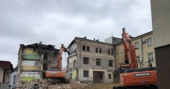 W centrum Lublina - w rejonie ulicy Staszica - na wysokości Szpitala klinicznego nr 1 w czwartek rozpoczęły się prace rozbiórkowe dawnego głównego budynku placówki.