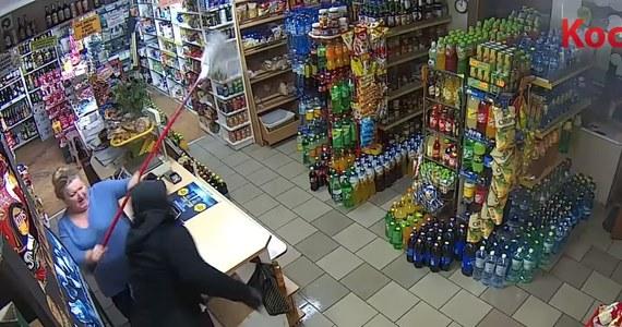 Uzbrojony mężczyzna próbował okraść sklep w Pinczynie w województwie pomorskim. Złodziej nie spodziewał się jednak, że spotka się z takim oporem właścicielki firmy, pani Zosi. Kobieta nie zważając na konsekwencje rzuciła się z mopem na przestępcę i go przegoniła. Próbę napadu uwieczniły kamery monitoringu.
