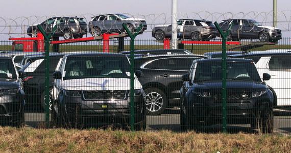 Fabryki Jaguara i Land Rovera w Wielkiej Brytanii sprowadzają części z Chin drogą lotniczą w walizkach. Dosłownie. To z powodu utrudnień, jakie spowodował w cyklu produkcyjnym wybuch epidemii koronawirusa. Dyrekcja brytyjskich fabryk zapewnia, że to jedyny sposób, by zapobiec przerwaniu produkcji z końcem tego miesiąca.