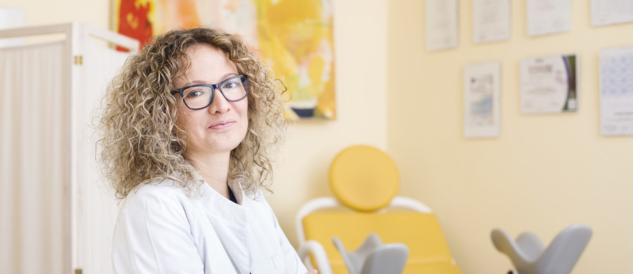 Rak szyjki macicy to choroba, która zabija – z tego powodu umiera corocznie 1700 Polek. Kobiety mogą się uchronić przed zachorowaniem na raka szyjki macicy, wykonując regularnie cytologię, a także zdobywając rzetelną wiedzę na temat przyczyn, objawów, przebiegu i konsekwencji tej choroby. Z najczęstszymi mitami albo przekłamaniami odnośnie zachorowania na raka raka szyjki macicy rozprawia się ginekolog lek. med. Marta Mączka.