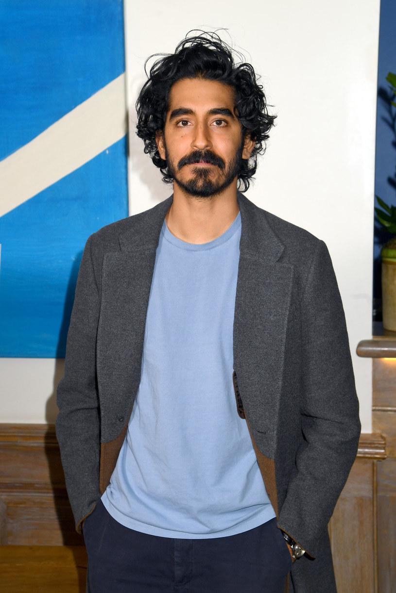 """Gwiazdor filmu """"Slumdog. Milioner z ulicy"""" ma na koncie nagrodę BAFTA, a także nominacje do Oscara i Złotego Globu. Mimo odnoszenia coraz większych sukcesów w Hollywood, Patel nie wierzy we własne możliwości. Jak ujawnił w najnowszym wywiadzie, zmaga się z tzw. syndromem oszusta, przez który wielokrotnie odrzucał role w kinowych hitach. """"Być może powodem jest strach przed tym, czy w ogóle pasuję do tego świata"""" – wyznał. I podkreślił, że gdy po raz pierwszy uległ presji agentów, skończyło się to występem w """"najgorszym filmie w karierze""""."""