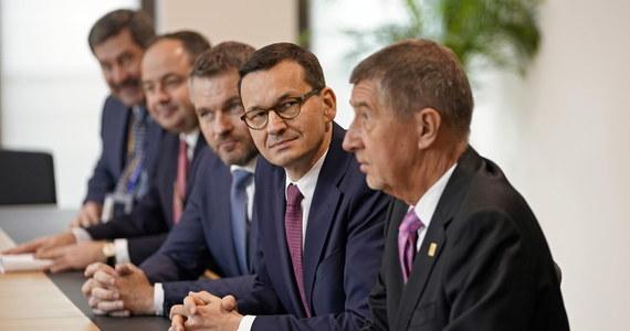 """Jest nowa propozycja budżetu Unii Europejskiej. Na szczycie w Brukseli przedstawiono projekt, który jest wynikiem wielogodzinnych narad i spotkań z 27 przywódcami. Jak się dowiadują nasi wysłannicy do Brukseli Katarzyna Szymańska-Borginon i Michał Zieliński - to krok w stronę kilku najbogatszych krajów, które chcą mniej płacić na rozwój Polski i innych biedniejszych państw. Grupa """"przyjaciół spójności"""" - do których należy Polska – jednogłośnie odrzuciła propozycję przedłożoną przez szefa Rady Europejskiej Charlesa Michela. W Brukseli już drugi dzień trwają targi o nowy 7-letni plan dochodów i wydatków Unii Europejskiej."""