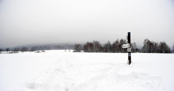 Ratownicy grupy beskidzkiej GOPR ogłosili w piątek wieczorem drugi stopień zagrożenia lawinowego na Babiej Górze. W ostatnich 48 godzinach spadło tam ponad 20 cm śniegu. Wieje bardzo silny wiatr. Ratownicy określają aktualne zagrożenie jako umiarkowane.