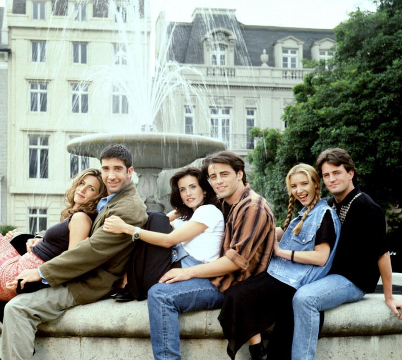 """To już oficjalne! Gwiazdy serialu """"Przyjaciele"""" powrócą w odcinku specjalnym - potwierdził magazyn """"Variety"""". Za udział w produkcji każdy z sześciu aktorów otrzyma przynajmniej 2,5 milionów dolarów."""