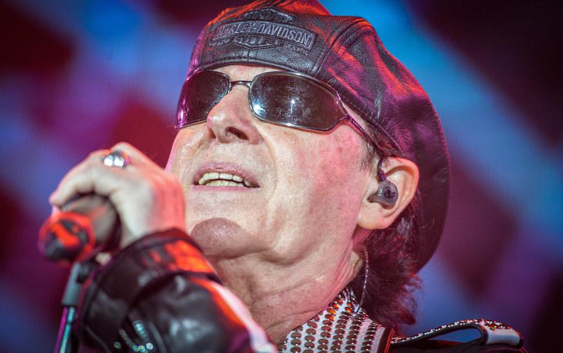 Wokalista Scorpions, Klaus Meine, opublikował zdjęcie ze szpitala. Gwiazdor trafił na stół operacyjny po nagłym i bolesnym ataku kamienia nerkowego.