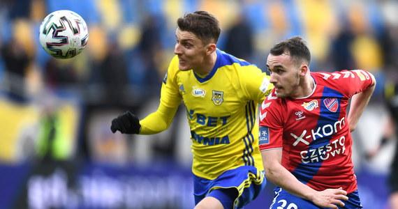 Arka Gdynia pokonała na własnym stadionie Raków Częstochowa 3:2 (0:2). Gospodarze zdobyli dwie bramki w końcówce, a strzelcem decydującego gola był w drugiej minucie doliczonego czasu Serb Nemanja Mihajlovic.