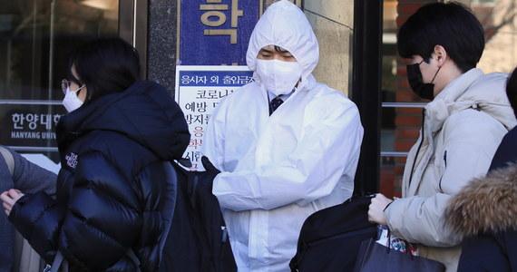 Liczba ofiar śmiertelnych koronawirusa w Chinach kontynentalnych wzrosła do 2442 - poinformowała w niedzielę chińska Narodowa Komisja Zdrowia. W ostatnich 24 godzinach bilans ten zwiększył się o 97 osób.