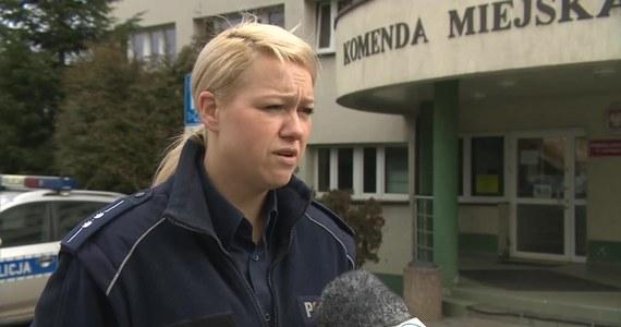 Pracownice opieki społecznej z Jastrzębia Zdroju wezwały policję do domu swojej podopiecznej, którą podejrzewały, że jest nietrzeźwa. Kobieta opiekowała się w tym czasie swoim ośmiomiesięcznym dzieckiem. Po przyjeździe na miejsce policjanci stwierdzili, że kobieta ma 1,5 promila alkoholu we krwi. Kobieta nie chcąc oddać córki pod opiekę pracownic MOPS-u wzywała na miejsce członków swojej rodziny. Jednak i ci byli pijani.