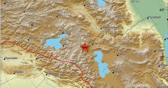 Siedem osób, w tym troje dzieci, zginęło w trzęsieniu ziemi, które nawiedziło region na granicy Turcji z Iranem – poinformował turecki minister spraw wewnętrznych Suleyman Soylu.