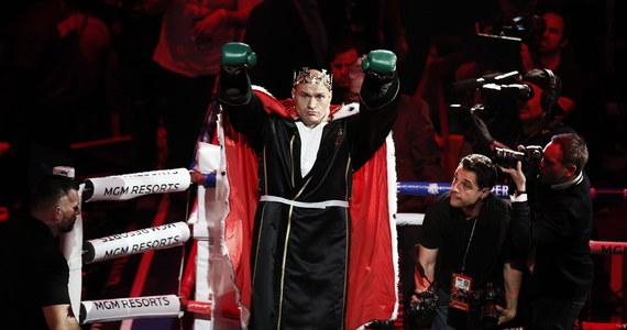 """""""Wiem, że mogę boksować jeszcze lepiej"""" - powiedział nowy mistrz świata federacji WBC wagi ciężkiej Tyson Fury. Pas czempiona Anglik odebrał Amerykaninowi Deontayowi Wilderowi, którego pokonał w siódmej rundzie walki w Las Vegas."""