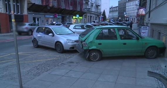 Pijany kierowca staranował w centrum Katowic osiem zaparkowanych przy drodze samochodów. Mężczyzna miał ponad dwa promile alkoholu w organizmie.