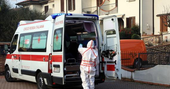 We Włoszech zmarła w poniedziałek czwarta osoba zarażona koronawirusem -  podały w poniedziałek media, powołując się na służby medyczne. Ofiara śmiertelna to 84-letni mężczyzna z Bergamo w Lombardii na północy kraju. Telewizja RAi mówi też o piątym zgodnie - to to 88-latek z Caselle Landi.