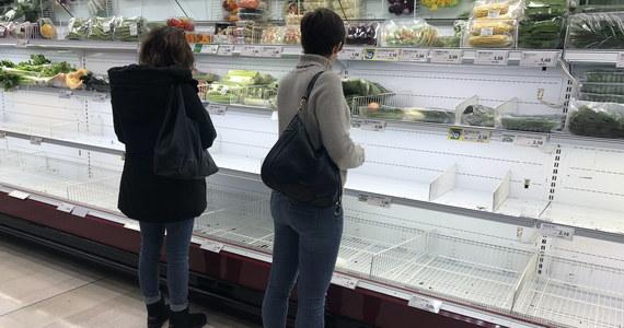 """Puste półki, pełne wózki, a nawet kłótnie o ostatnią butelkę wody - tak wyglądała niedziela, kiedy na supermarkety w Mediolanie oraz Lombardii """"najechali"""" mieszkańcy. Wszystko dlatego, że cały region – decyzją władz – został zamknięty. Po alarmie ogłoszonym z powodu kolejnych przypadków zachorowania na koronawirusa zostały zamknięte szkoły, teatry, zakłady pracy, wszystkie miejsca, gdzie są duże skupiska ludzi."""
