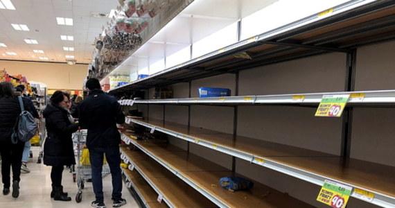 """""""Ludzie w tym momencie są bardzo posłuszni. Wczoraj zrobiłem sam zakupy. Nie było jeszcze takiej paniki, ale w dużych sklepach są puste półki, nie ma wody, chleba, owoców"""" – mówi w rozmowie z RMF FM ksiądz Zbigniew Wądołowski z parafii Santa Maria alla Fontana w Mediolanie. Dodaje też, że do niektórych dzielnic miasta nie można już wjechać."""