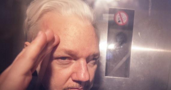 W Londynie rozpoczyna się proces w sprawie ekstradycji do Stanów Zjednoczonych Juliana Assange'a. Na założycielu portalu Wikileaks ciążą zarzuty włamania się do systemów informatycznych amerykańskiego rządu i opublikowania setek tysięcy tajnych amerykańskich depesz dyplomatycznych. 48-letni Australijczyk jest osobą, która wywołuje diametralnie różne emocje. Nie jest postacią bezbarwną.