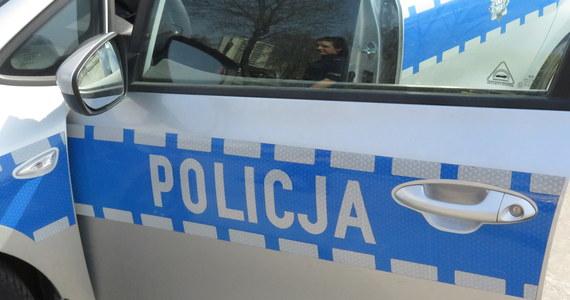 Policyjny pościg zakończony dachowaniem samochodu uciekinierów. Do zdarzenia doszło na autostradzie A1 w woj. kujawsko-pomorskim - ustaliła dziennikarka RMF FM. Jak poinformowała nas policja, wcześniej dwaj mężczyźni przedmiotem przypominającym broń sterroryzowali obsługę trzech sklepów - w powiecie tczewskim, świeckim i bydgoskim.