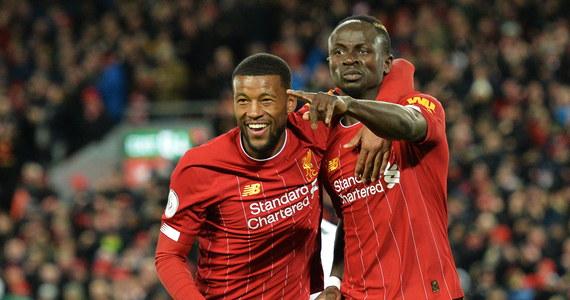 """Liverpool pokonał na własnym stadionie West Ham United 3:2 w meczu kończącym 27. kolejkę i umocnił się na prowadzeniu w tabeli ligi angielskiej. To było 18. z rzędu zwycięstwo """"The Reds"""", którzy tym samym wyrównali rekord kolejnych wygranych Manchesteru City."""